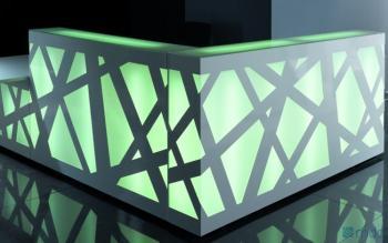 Banque d'accueil illuminée en angle