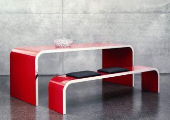 Ensemble table et banc laqué rouge, bord acier poli