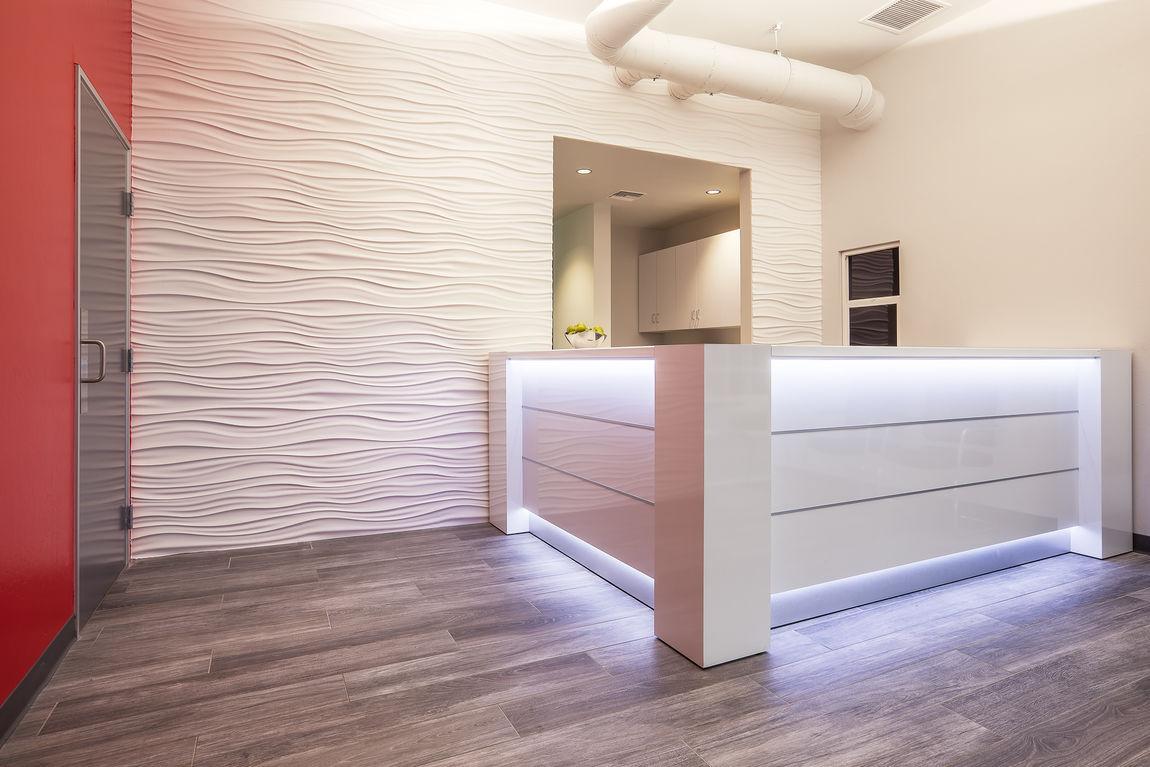 Banque d 39 accueil valde orange for Modern office reception backdrop design